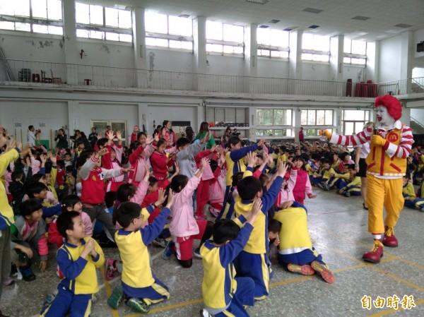 麥當勞叔叔到校園宣導正確洗手觀念,防治腸病毒。(資料照,記者林欣漢攝)