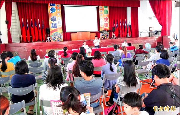南崗國中校長何光明(前站立者)向家長說明成立資優班與體育班情形。(記者謝介裕攝)