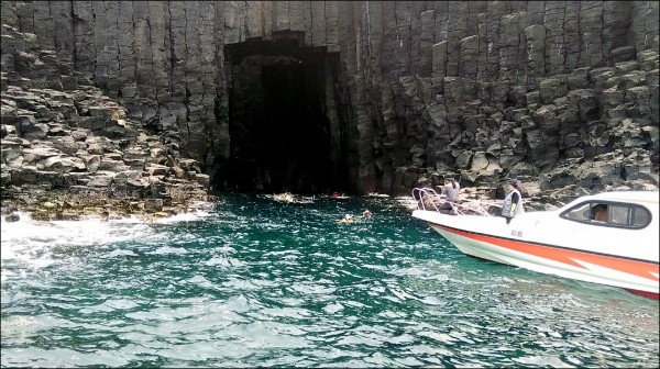 列入南方四島國家公園轄區的西吉藍洞,又傳出遊艇業者非法載客進入浮潛,遭人拍照檢舉。(讀者提供)