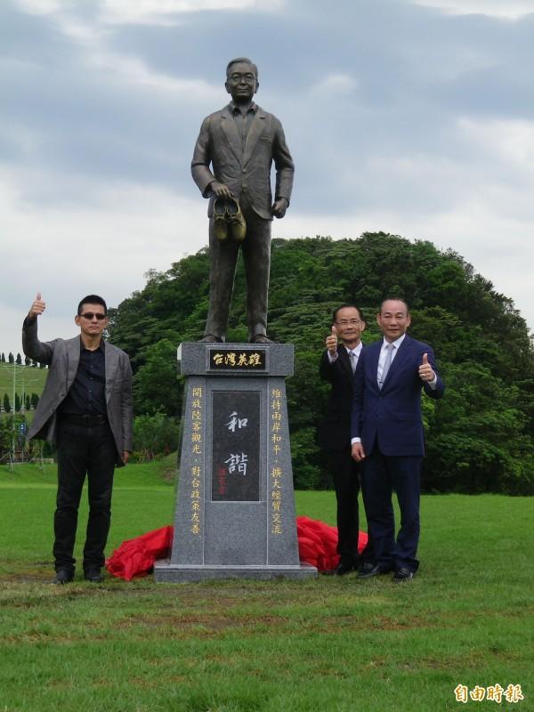 基隆擁恆文創園區今上午在園區內為中國前國務院總理溫家寶立碑,引發外界議論。(記者盧賢秀攝)