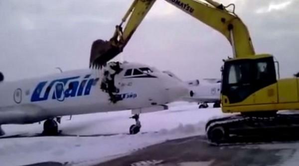 一名俄羅斯男子不滿被公司開除,一氣之下開怪手「拆飛機」。(圖片取自YouTube)