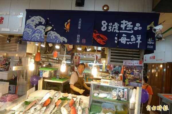 大直市場經營漁貨11年的劉老闆獲得免費設計改造。(記者游蓓茹攝)