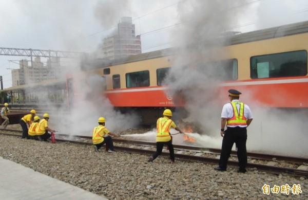 新營火車站模擬震災,出動應變小組和消防隊展開滅火。(記者楊金城攝)