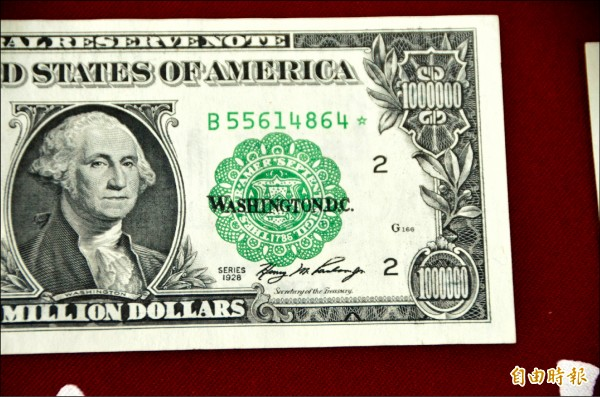 南投調查站破獲許姓台商持有百張面額一百萬的假美鈔,該假鈔使用美國聯邦準備局的真鈔用紙,連國庫局長和財政部長簽名都很像,引發美方緊張。(記者陳鳳麗攝)