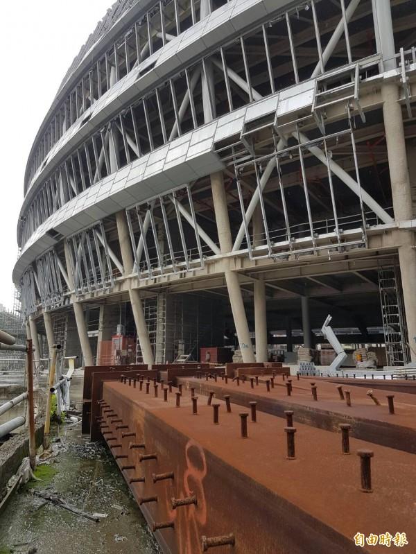 台北大巨蛋今上午開放台北市議員、媒體現勘,工地內處處積水,不少鋼構呈現生鏽。(記者劉信德攝)