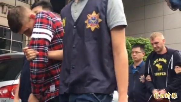 警方將羅馬尼亞籍邱特、修白拉與克多班等人送辦。(記者邱俊福攝)
