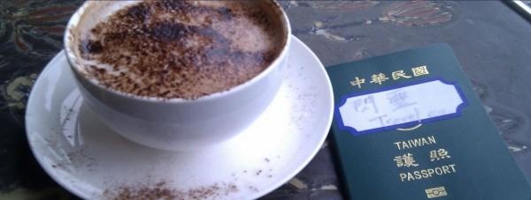 立委林昶佐的護照上貼著閃靈貼紙,旅行過30多個國家都沒事。(圖擷取自Freddy Lim臉書)