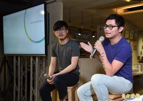 替蔡英文紀念酒的兩位設計師聶永真(右)、陳聖智(左)。(資料照,記者廖振輝攝)