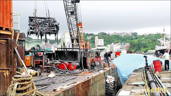 德翔台北貨輪廢棄物暫置基隆港二號碼頭。(記者林欣漢攝)