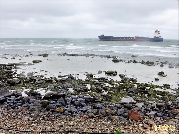 貨櫃輪「德翔台北」擱淺石門,重油外洩釀海面、岸際污染,漁民生計受到影響。(記者李雅雯攝)