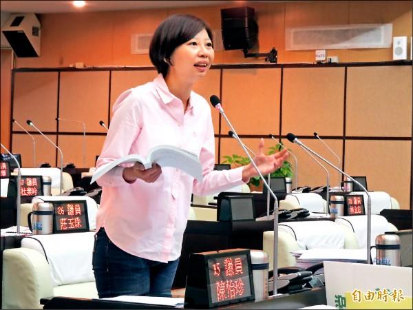 市議員陳怡珍質詢痛批經發局宣傳不力。(記者蔡文居攝)