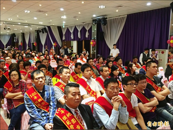 桃園巿政府慶祝五一勞動節,表揚355名模範勞工,受?勞工佩戴彩帶接受頒獎。(記者李容萍攝)