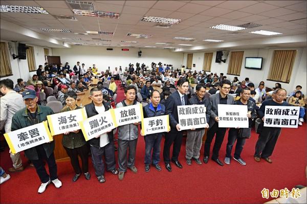 立委黃國昌及劉建國陪同百位北海岸漁民舉行記者會,要求德德翔公司針對油汙進行清理及賠償。(記者陳志曲攝)