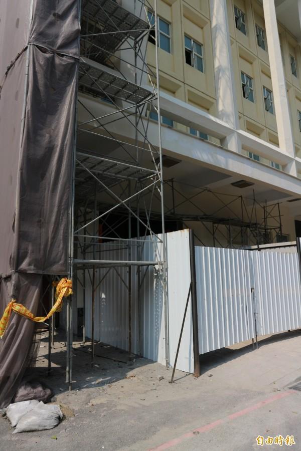 國防部博愛大樓驚傳工安意外,一名工人疑更換電表時爆炸,因此遭電擊送醫。(記者陳薏云攝)