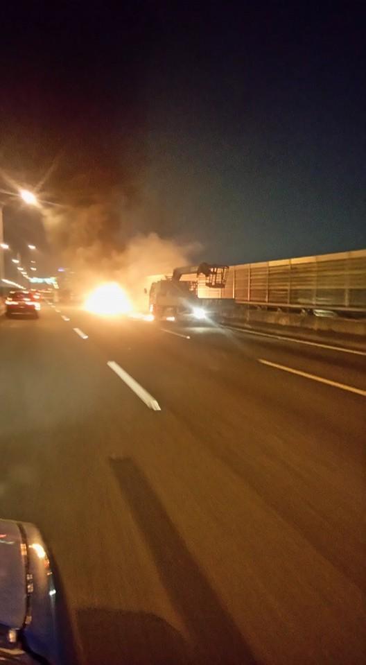 台74號快官霧峰線快速道路,經民眾回報在今天晚間7點40分許,發生一起汽車追撞釀火燒車的事故。(圖擷取自爆料公社)