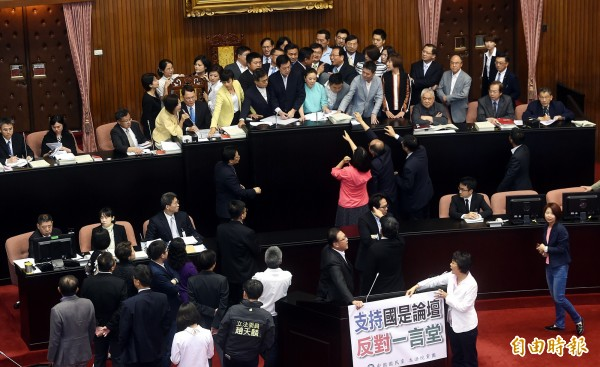 國民黨佔領主席台,要時代力量別成為民進黨打手。(記者方賓照攝)