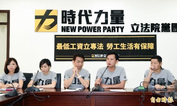 時代力量舉行「最低工資法」記者會。(記者方賓照攝)