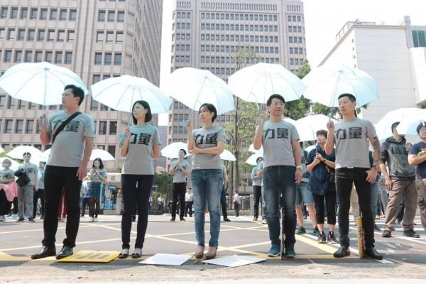 時代力量今(29日)在立法院前撐傘排字,象徵為勞工撐起保護傘。(圖擷自林昶佐 Freddy Lim臉書)
