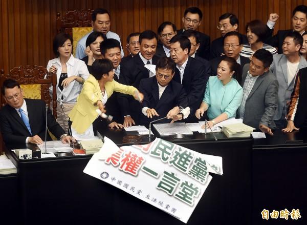 立法院29日舉行院會,表決議案時,國民黨立委抗議佔據主席台。(記者方賓照攝)