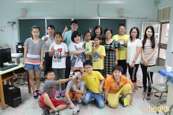 白河區竹門國小參加南市數位控制機器人迷宮競賽,5隊參賽,皆獲前3名佳績。(記者王涵平攝)
