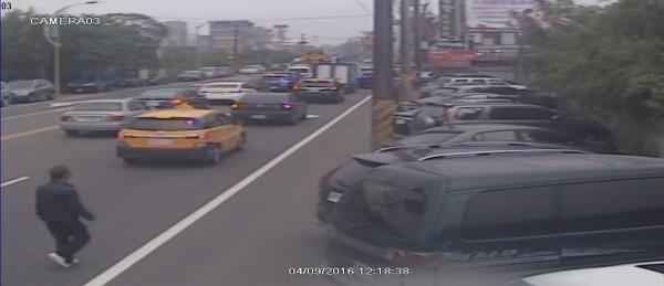 警方鎖定簡男隨機敲破車窗竊取車內財物。(記者周敏鴻翻攝)