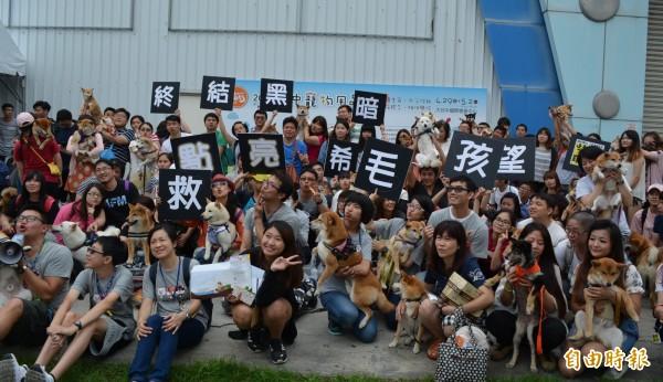 柴犬聯盟中部地區200多位飼主,今天齊聚台中寵物用品展外,高喊「終結黑暗,點亮希望,救毛孩!」(記者陳建志攝)