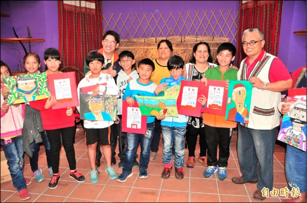 陳仲威(右二)等萬榮國小小朋友踴躍參加紋面繪畫比賽,多達五人得獎。(記者花孟璟攝)