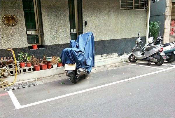 道路上常見一台重型機車停放汽車格,但相當浪費空間。台北市長柯文哲拋出「面積計價」的概念,將汽車格一分為二或三,可停放多輛重機。(民眾提供)