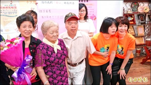 台灣無障礙協會邀請熊玉蘭(左一)、林蔡月華(左二)及簡秀媛(右一)三名愛心媽媽與家人出席記者會,分享生活甘苦談。(記者方志賢攝)
