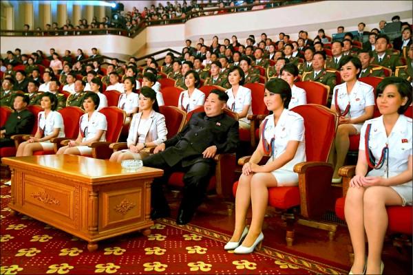 北韓當局去年十月十九日發布的照片,顯示領導人金正恩去年十月偕妻李雪主(左四)觀看他一手創立的青峰樂團表演。(路透)