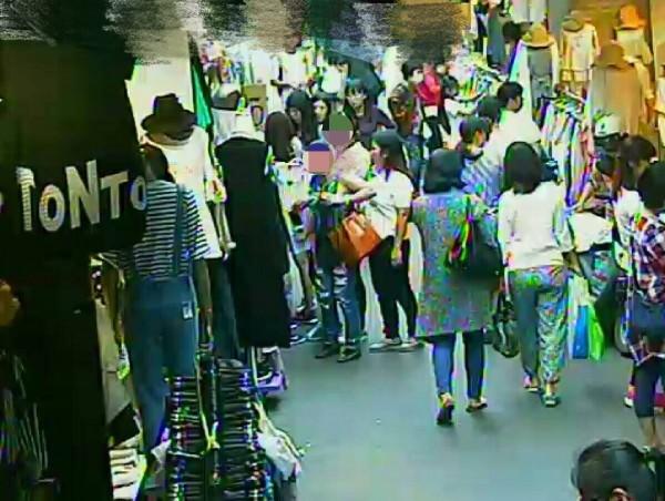 5名菲律賓竊嫌佯裝到五分埔衣市逛街,卻以交叉掩護趁機偷走被害人手提包內的手機。(記者姚岳宏翻攝)