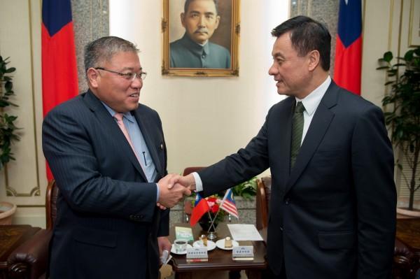 昨日32名在馬來西亞涉嫌電信詐欺案的台灣人,再度被遣送至中國,不過馬來西亞首相東亞特使張慶信(左)表示,不知情。(圖擷取自立法院官網)