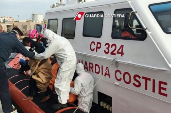 有外媒報導指出,昨天一艘移民船在利比亞外海沈沒,目前僅有26人獲救,仍有84名移民下落不明。(圖擷自每日郵報)