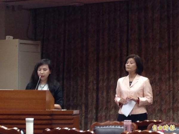 立法院教委會今天安排教育部專案報告,但部長吳思華缺席,改派次長林思伶(右)代表,卻出現次長站旁邊,直接由業務司長馬湘萍(左)口頭報告的奇景。(記者林曉雲攝)