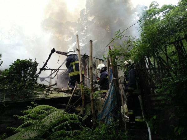 北市象山一處工寮下午發生火警,幸無人傷亡。(記者姚岳宏翻攝)