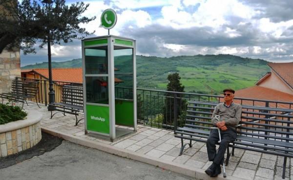 電話亭就像是網路世界的通訊軟體「WhatsApp」。(圖擷自biancoshock)