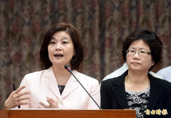 立法院交育委員會開會,教育部長請假,由次長林思伶(左)列席答詢。(記者方賓照攝)