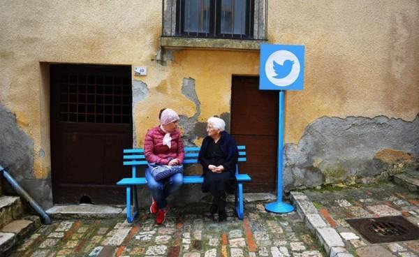 街道上的公共長椅,供人談天說地,就像是網路世界的「推特」(Twitter)一樣。(圖擷自biancoshock)