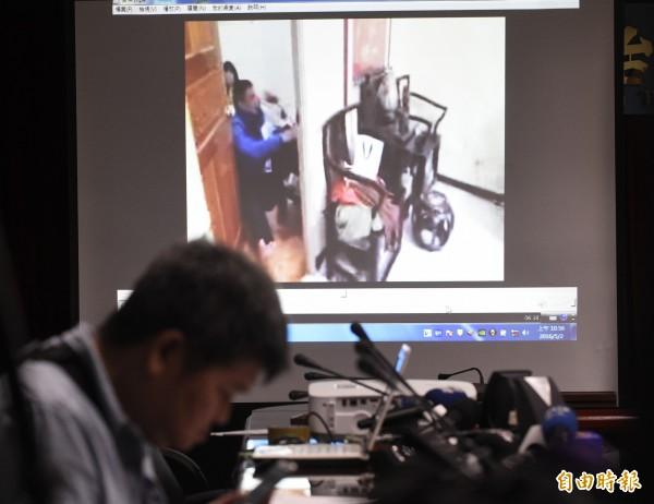 襄閱主任檢察官張介欽(見圖)說明憲兵違法搜索案,並播放相關影片。(記者陳志曲攝)