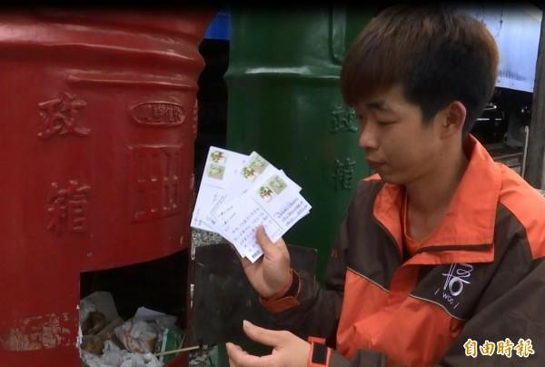 垃圾中發現有遊客投入的明信片,店家說會協助寄出。(記者王秀亭攝)
