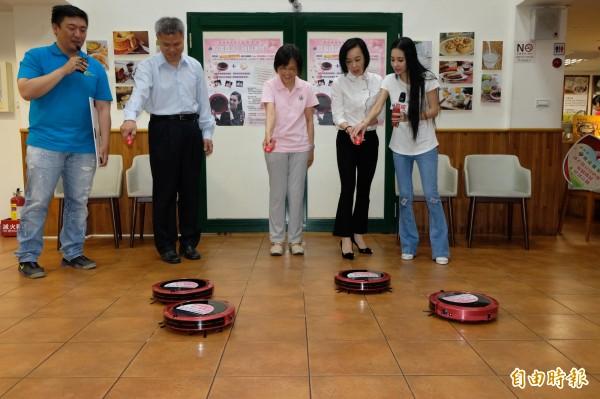 松騰實業捐贈二十部掃地機器人給育成基金會,董事長劉貞鳳與愛心大使王思佳、布蘭妮共同啟動掃地機器人。(記者陳炳宏攝)