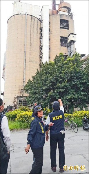 環保局昨進駐東南水泥廠稽查,發現多項缺失及孳生病媒蚊,開罰至少十萬元。(記者陳文嬋攝)