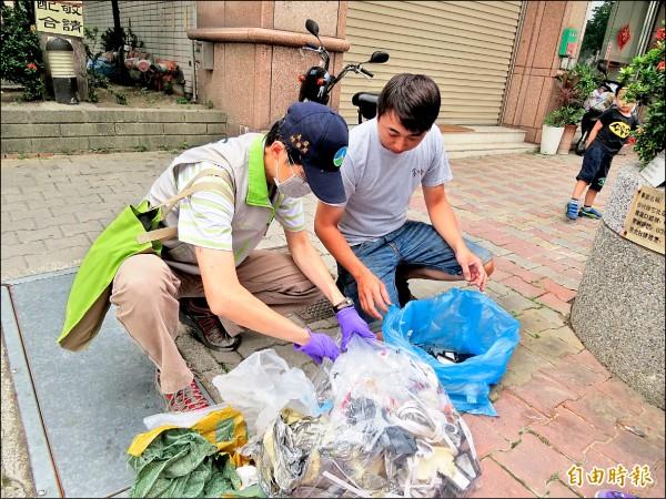 環保局稽查人員執行垃圾包破袋稽查。(記者蔡文居攝)