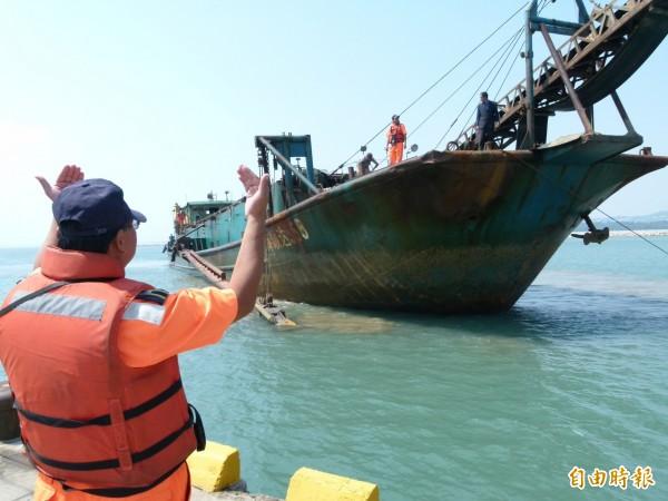 有媒體報導指出,2007年至2012年間金門總面積縮減相當約一座大安森林公園,有學者就將原因歸咎於中國抽砂船造成國土流失。圖為中國越界採砂船。(資料照,記者吳正庭攝)