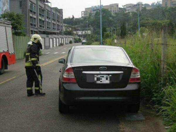 警方通知消防人員破窗,發現一名燒炭陳屍車內的男子。(記者許國楨翻攝)