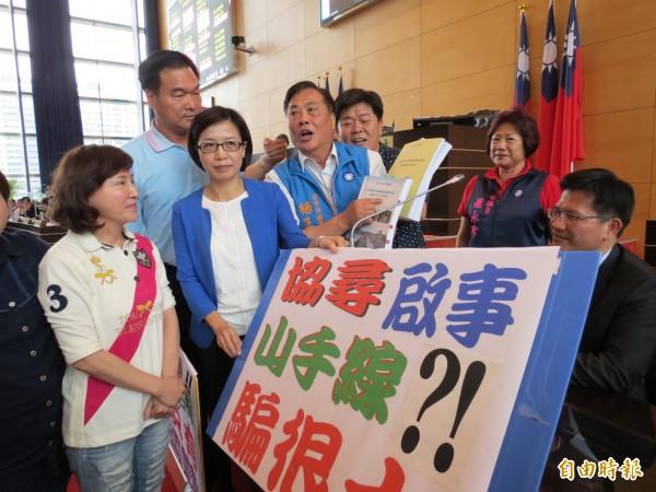國民黨市議員圍住市長林佳龍,質疑山手線報告內容。(記者張菁雅攝)