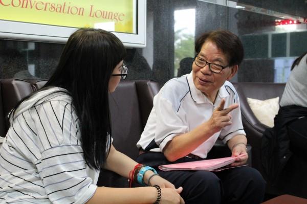 77歲來台攻讀碩士的「日本爺爺」石田武(右),以打屁聊天方式,增進同學的日語功力。(照片由高雄第一科大提供)