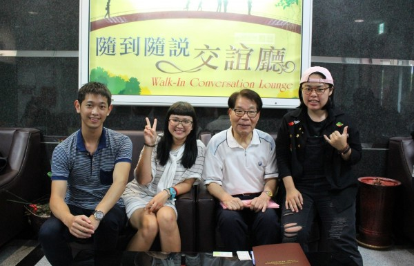 日人石田武(右2)是高雄第一科大外語輔導員唯一的外籍生。(照片由高雄第一科大提供)