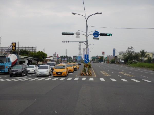 南市推動「一路長綠」路段,新市區選定台1線,測試期間計程車運將也稱讚,聯外道路交通更加順暢。(圖由南市交通局提供)