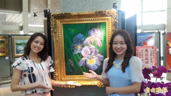 旺宏基金會執行長張宜如(右)及新竹縣府機要秘書張宜真(左)兩姐妹,以鳶尾花作品,表達對已在天堂的母親的思念。(記者洪美秀攝)